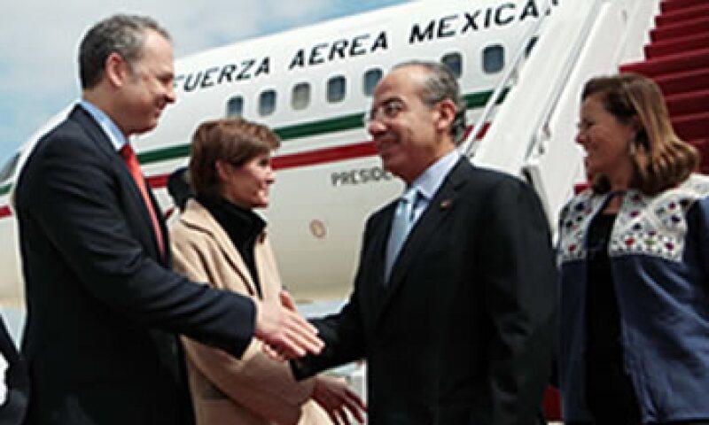 El presidente Felipe Calderón y su esposa Margarita Zavala fueron recibidos por el embajador de México en los EU, Arturo Sarukhan. (Foto: Notimex)