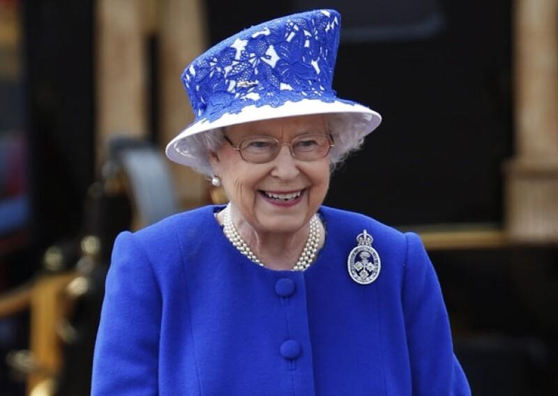 En un evento social en Londres, la reina de Inglaterra expresó su deseo e impaciencia por que el bebé real llegue antes de que ella se vaya de viaje a Escocia por sus vacaciones anuales.