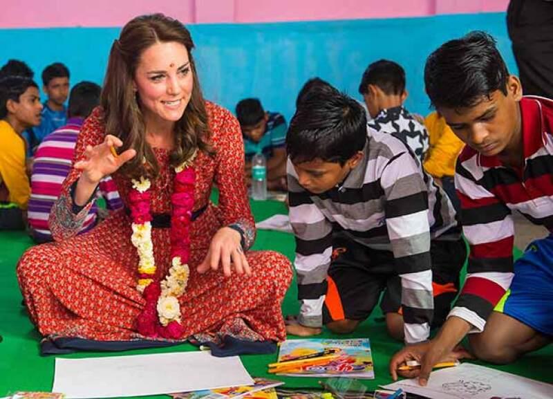 Kate se mostró encantada de dibujar con los niños de una casa hogar.