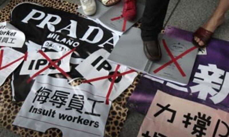 Un grupo de mujeres se manifestaron en Hong Kong por las prácticas discriminatorias de Prada en Japón. (Foto: Reuters)