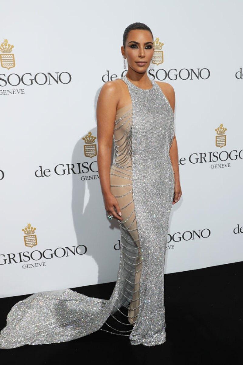 La estrella televisiva llegó hoy al festival de cine francés y, aunque por la mañana fue vista con un outfit poco favorecedor, más tarde impactó con un vestido de brillos.
