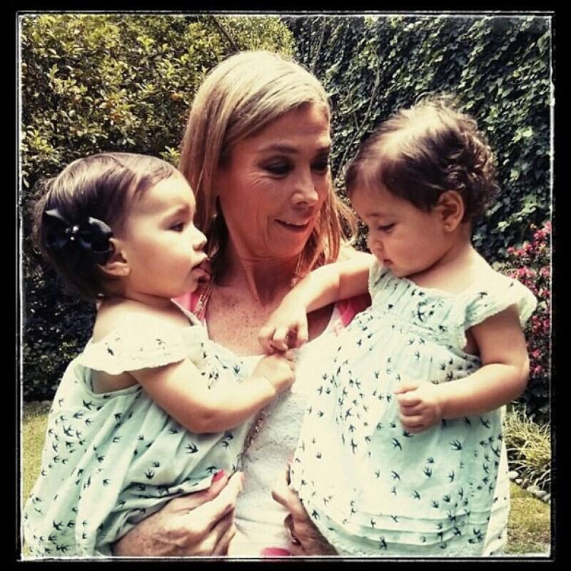 `Abuela feliz´, tituló Jacky la foto de su mamá con dos de sus nietas.
