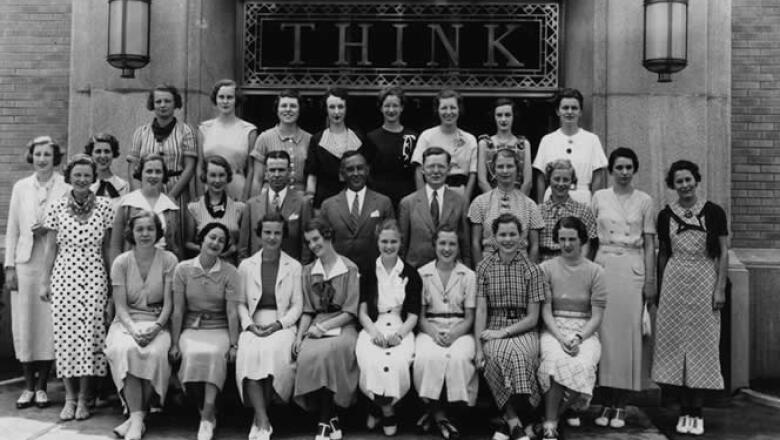 La firma fue pionera en cursos de entrenamiento para mujeres, para que pudieran realizar labores técnicas tradicionalmente encargadas a hombres.