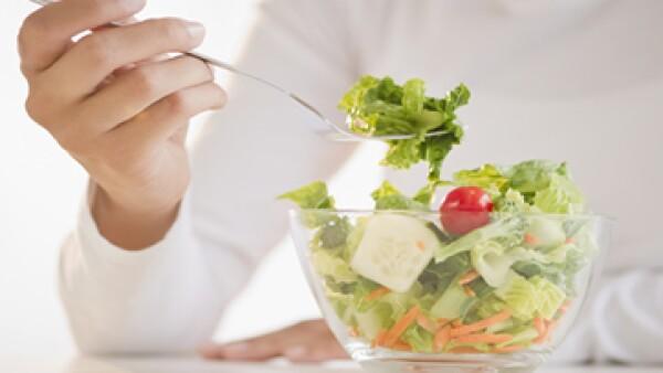 Sentirse irritable en la oficina también es producto de lo que comemos y cómo lo hacemos. (Foto: Getty Images)