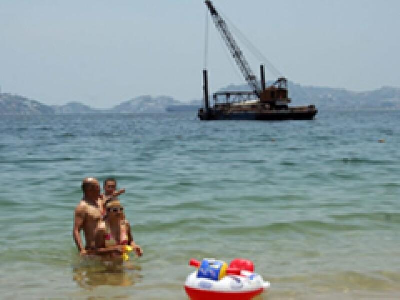 Jar State Corp colocó este domingo en la bahía de Santa Lucía, Acapulco, una grúa para construir un embarcadero que servirá como un sitio de taxis acuáticos. Prestadores de servicios creen que atenta contra la fauna marina y el turismo. (Foto: Notimex)