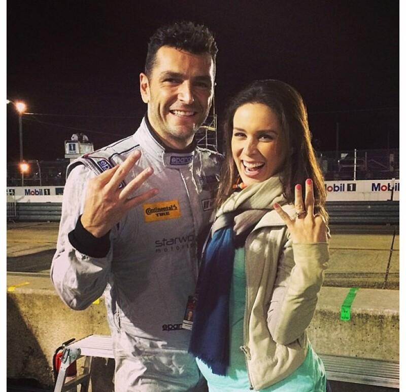 """Con algunos meses de embarazo, la tapatía no dejó de asistir a la importante competencia de su esposo en """"Sebring 12 horas"""" en Estados Unidos. El piloto se llevó el tercer lugar de la carrera."""