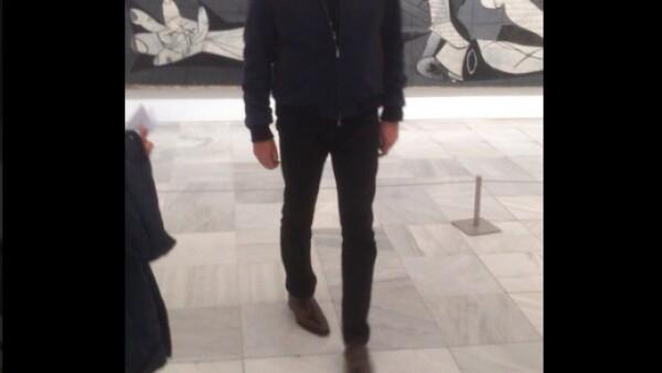 El actor irlandés visitó ayer el Museo Reina Sofía, donde le tomaron una fotografía que generó polémica y muchos españoles expresaron su enojo por redes sociales.