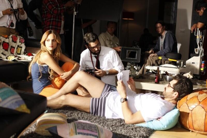 Eiza en el behind the scenes de la película junto con el protagonista y el director.