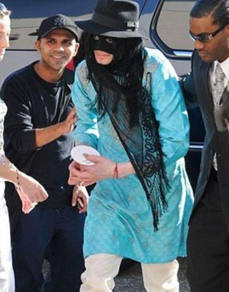 Al estilo de El Zorro, el cantante traía el rostro cubierto estando de compras en Beverly Hills.