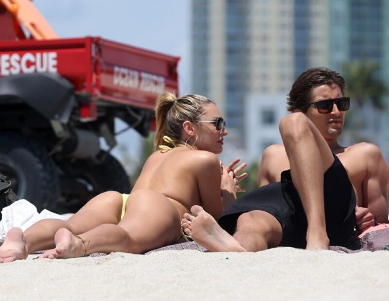 La modelo de Victoria´s Secret y su novio Hermann Nicoli fueron vistos muy cariñosos, tomando el sol en las playas de Miami.