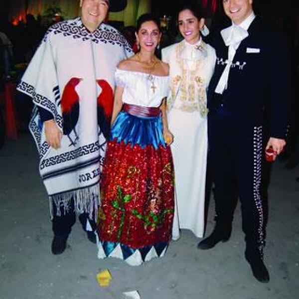 Dos días antes de la boda, la familia Hank ofreció una fiesta mexicana en honor a los novios. En la foto: Jorge Hank Rhon,María Elvia Amaya de Hank,Mara Hak y Marc Moret