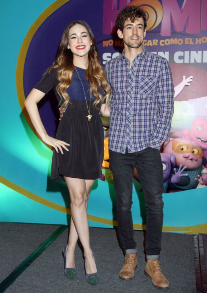 Danna Paola y Luis Gerardo Méndez durante la conferencia de prensa de Home.
