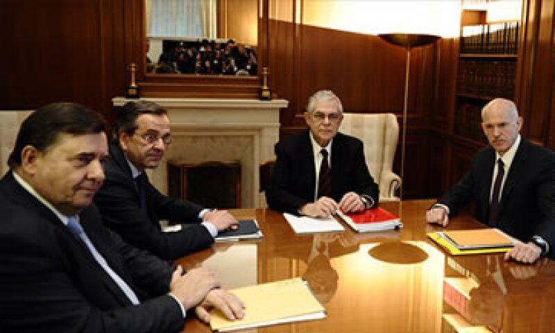 Papademos (al centro) debe convencer a los líderes de los tres principales partidos griegos de respaldar el paquete de reformas económicas. (Foto: Cortesía CNNMoney.com)