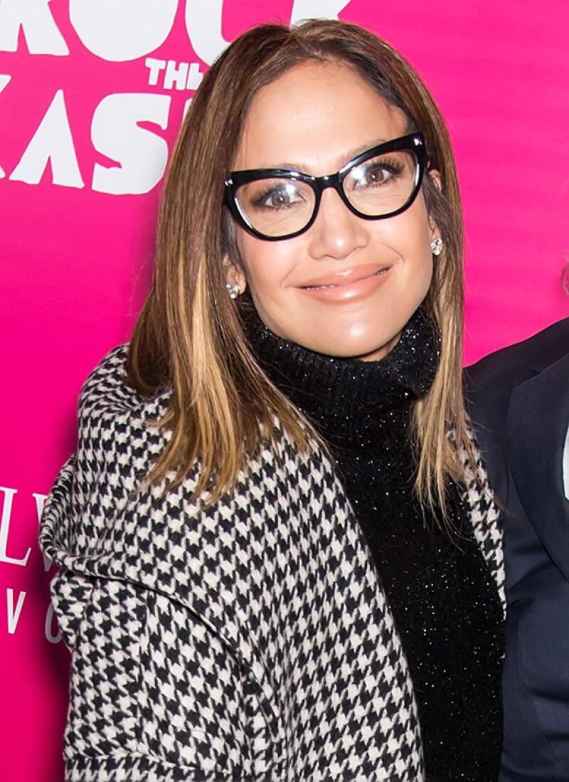 Jennifer Lopez lucio lentes cat eye, en un estilo mucho más sofisticado a lo que nos tiene acostumbrados.