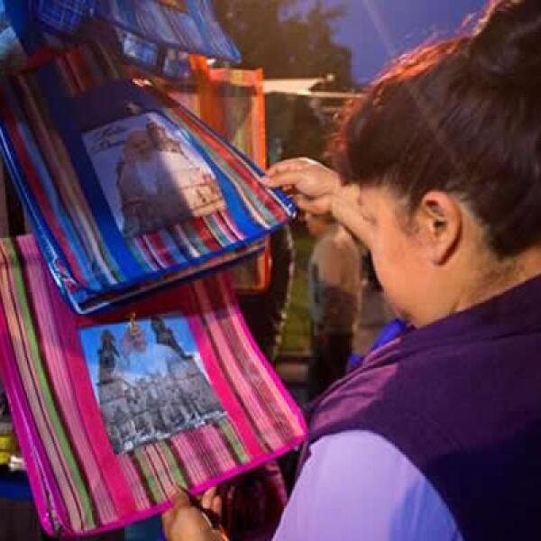 Semanas antes de la visita, la Catedral se volvió una popular decoración para bolsas y accesorios.