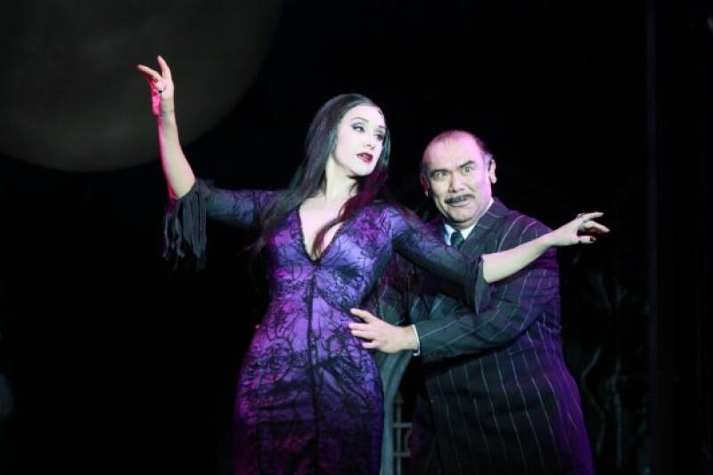 """Desde Broadway, estrenó en México el montaje que reúne a los emblemáticos personajes de la televisión en una divertida historia donde todo es menos que """"normal""""."""