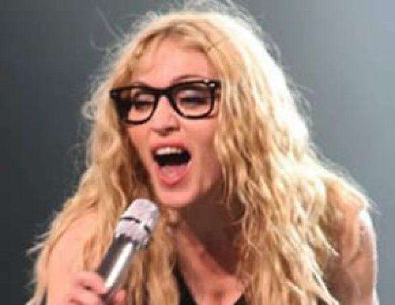 La cantante usó unos lentes como los de su hija.