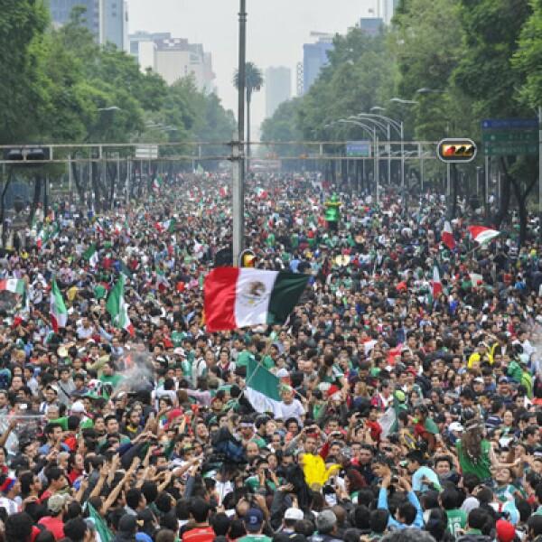 Miles de aficionados colmaron la columna de la independencia para celebrar el triunfo de su selección.
