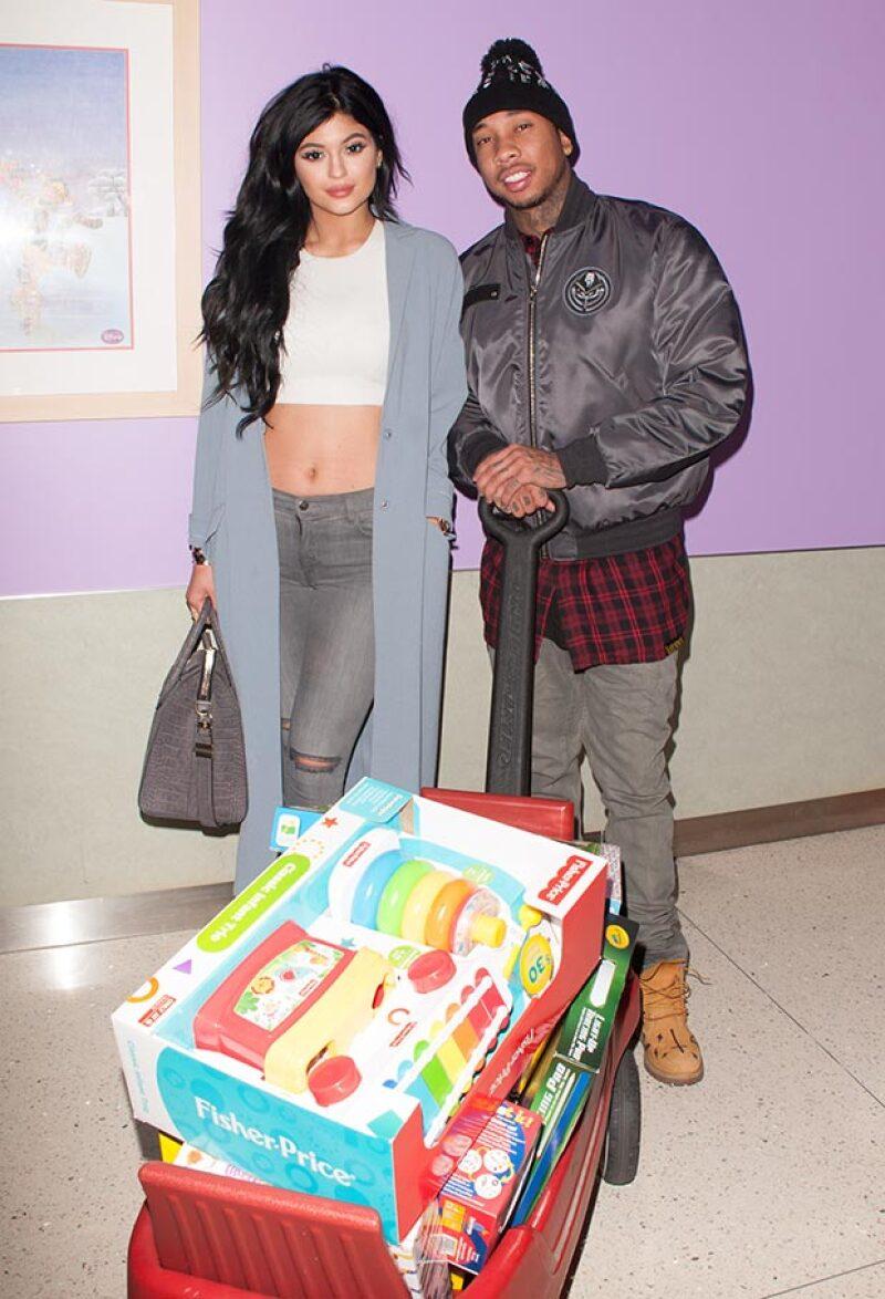 La menor de las hermanas Kardashian-Jenner llevó, junto al rapero Tyga, juguetes a niños del Hospital Infantil de Los Ángeles.