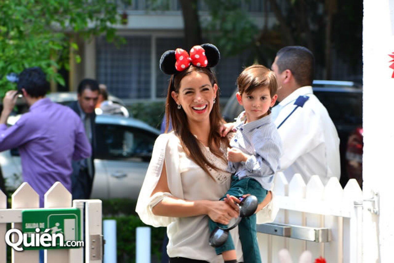 Claudia Lizaldi con su pequeño Iam