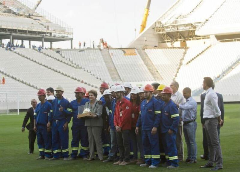 Dilma Rousseff en obras de estadio, en Brasil