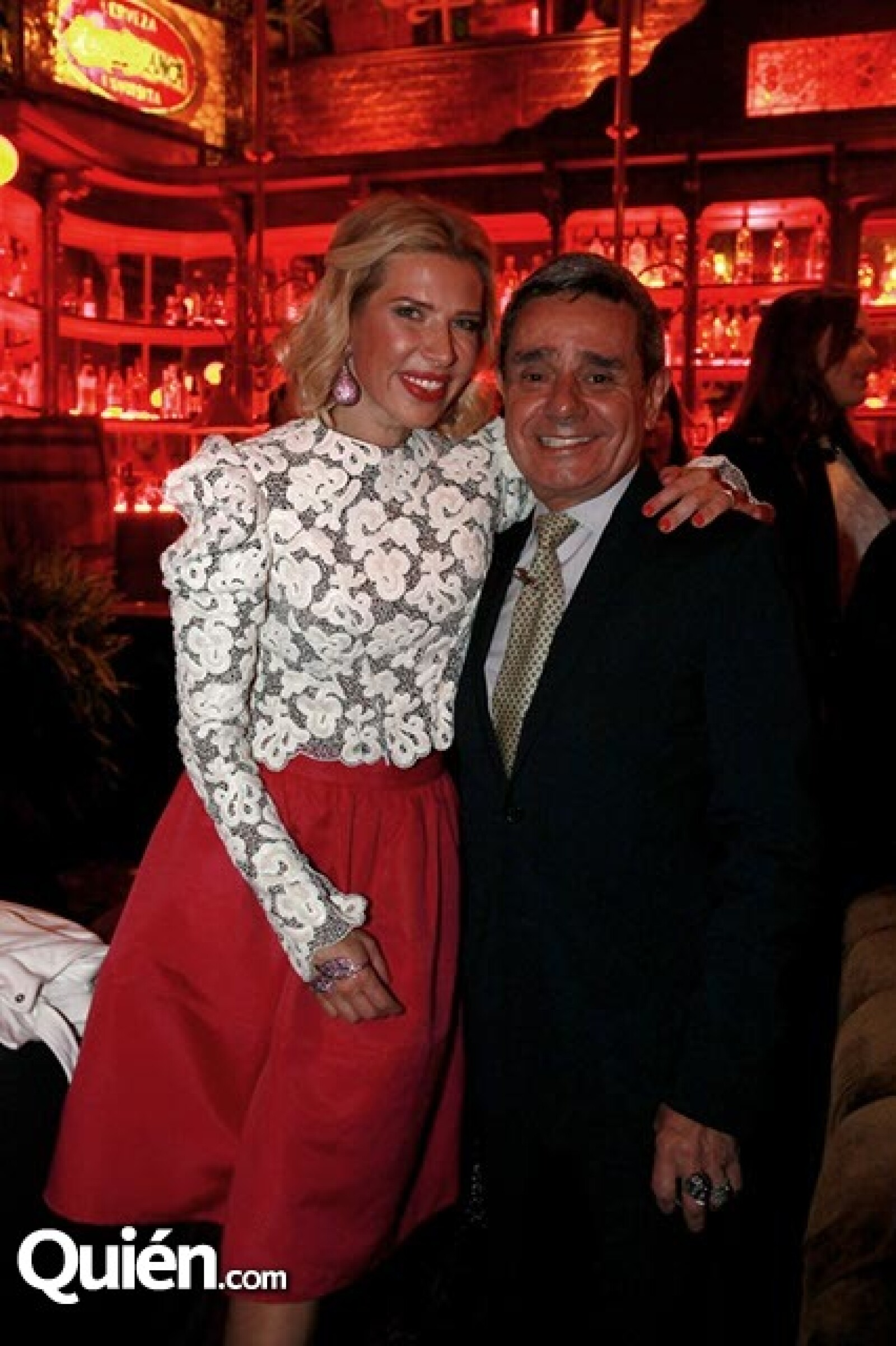 Beatriz Pasquel (luciendo espectacular en Louis Vuitton) y Charlie Cordero
