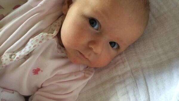 El actor decidió compartir una imagen de su hija de 4 meses con sus seguidores quienes lo felicitaron a él y a su esposa, la también actriz Emily Blunt.