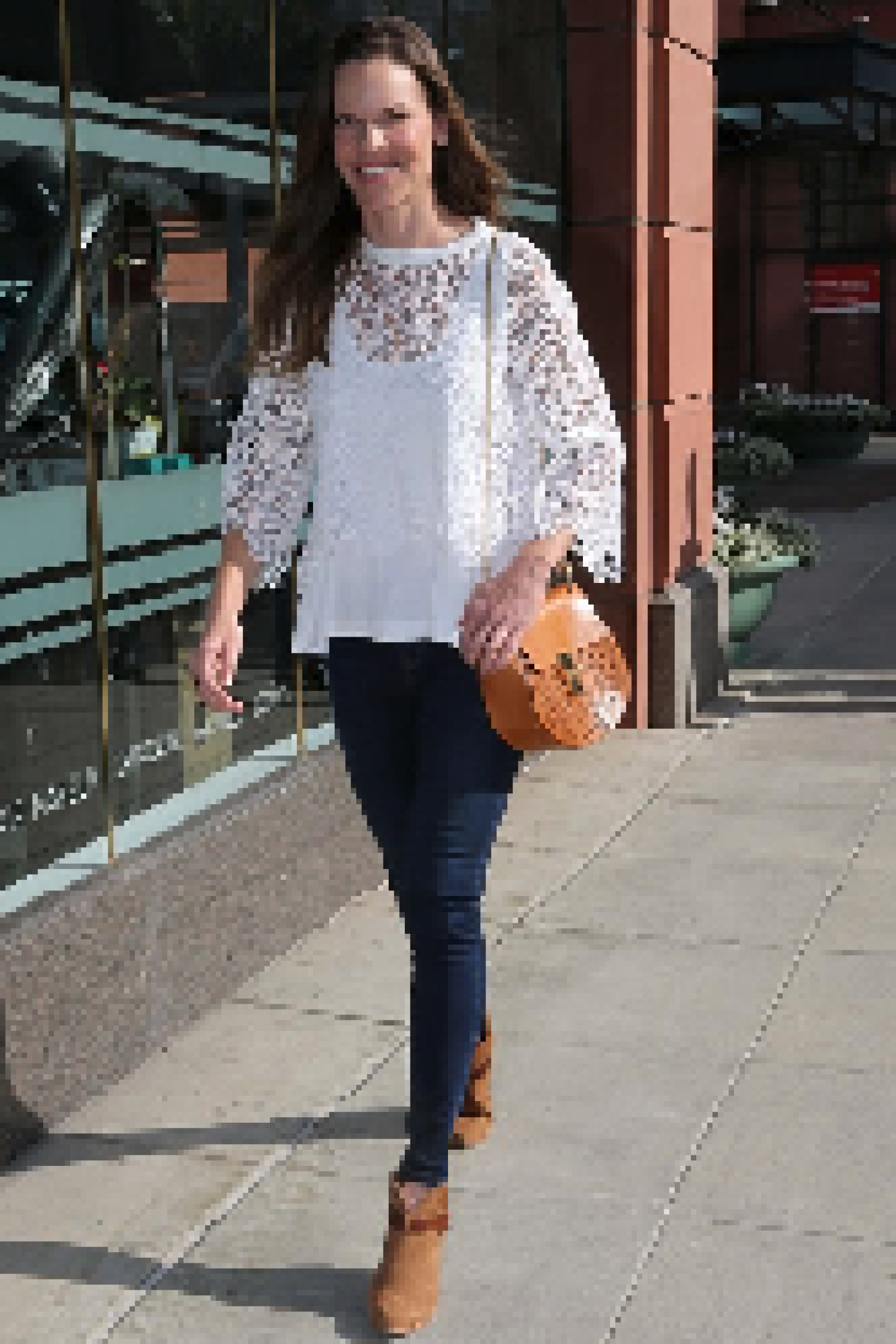 Hilary Swank disfrutando de un día en Beverly Hills con la codiciada bolsa Drew. La versión que lleva la ganadora del Oscar tiene perforaciones.