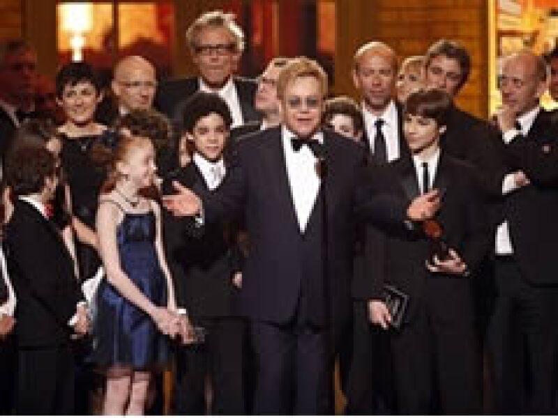 Elton John recibe el galardón por mejor musical en la entrega de los Premios Tony.  (Foto: AP)
