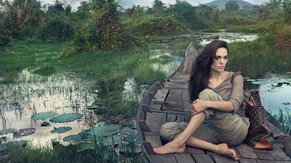 El anuncio en el que aparece Angelina Jolie se dio a conocer ayer. La actriz aparece casi sin maquillaje, con el pelo al natural y con la bolsa Alto de la firma.