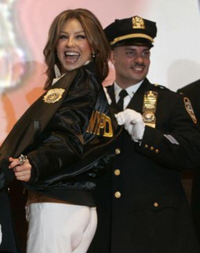 La cantante celebró el mes de la Herencia Hispana con policías destacados de NY.