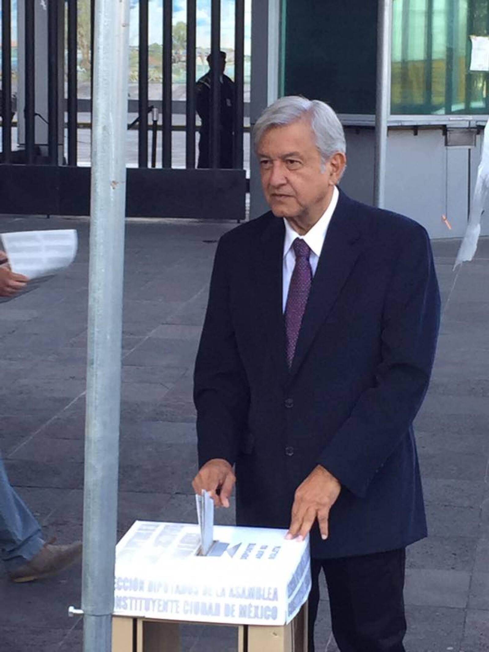 """El presidente de Morena, Andrés Manuel López Obrador, pidió a la gente que acuda a las casillas y que no se cambie el voto por """"migajas, ni por una lanita, ni por frijol con gorgojo""""."""