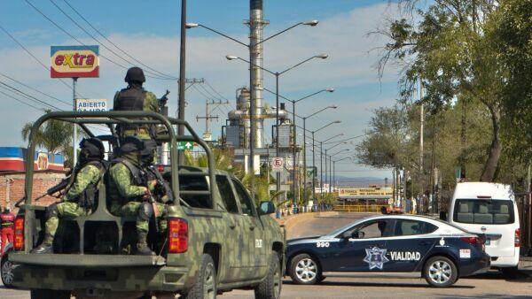 """SALAMANCA, GUANAJUATO, 31ENERO2019.- Una camioneta de color naranja con un supuesto artefacto explosivo fue localizada en una de las puertas de la refinería """"Antonio M. Amor"""" de Pemex, en otro punto fueron halladas mantas firmadas por el cártel de Santa Rosa de Lima en donde supuestamente amenazan al Presidente de México, Andrés Manuel López Obrador, esto por los operativos que ha lanzado en el estado para combatir el robo de gasolina. Elementos del Ejercito Mexicano montaron un operativo especial para retirar la unidad, más tarde se confirmó que la supuesta bomba no representaba ningún peligro, sin embargo se monto un operativo especial de vigilancia en torno a la refinería. FOTO: BETO ARIAS /CUARTOSCURO.COM"""