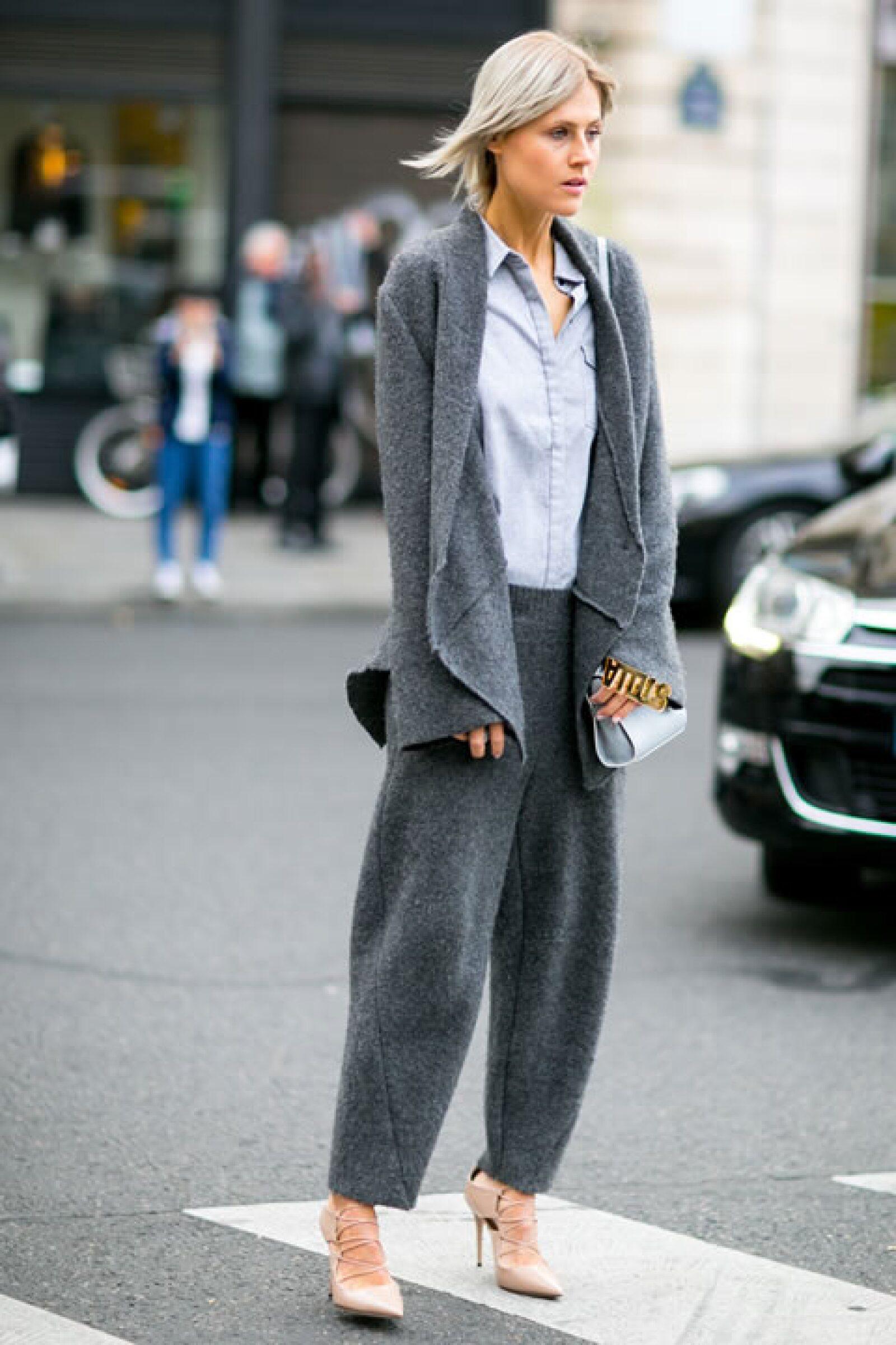 Sal de tu zona de comfort y usa two pieces de texturas diferentes y combínalas con pointy heels.