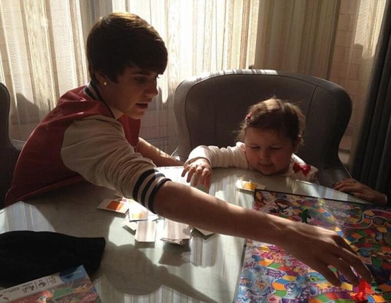 Los dos chicos pasaron una tarde muy divertida con varios juegos de mesa y firmándose autógrafos entre sí.