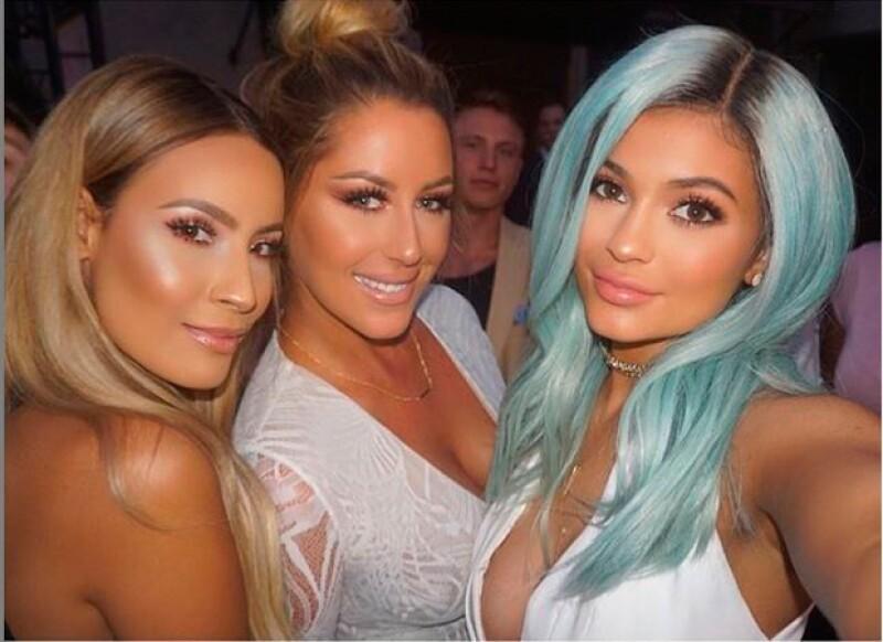 Aunque la hermana de Kim Kardashian ya había lucido su pelo en llamativos colores anteriormente, ayer sorprendió en un evento de belleza ayer lucieéndolo en un color celeste.