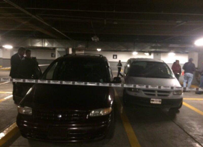 Dos camionetas fueron abandonadas en el estacionamiento del lugar.