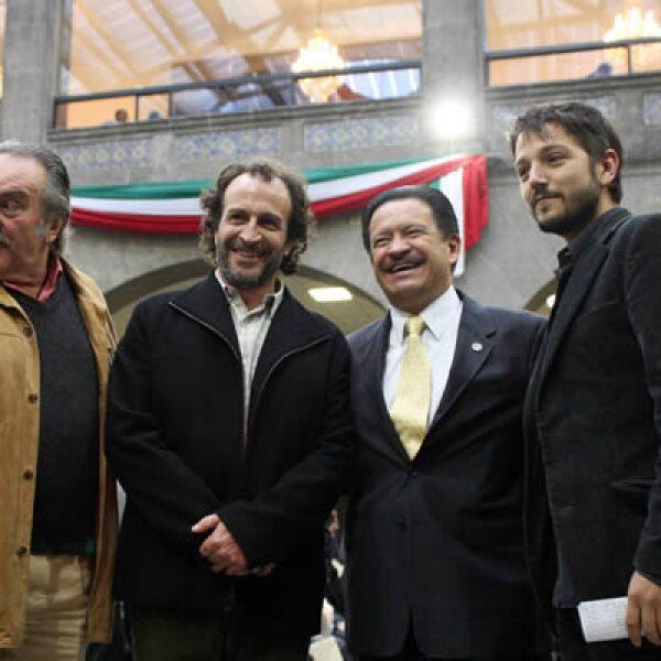 PAN, PRI y PRD en el Senado respaldaron a la comunidad cinematográfica mexicana el martes en la revisión del artículo 226 del Impuesto Sobre la Renta. Pedro Armendáriz, Daniel Giménez Cacho y Diego Luna pidieron apoyo. Aquí, con Carlos Navarrete.