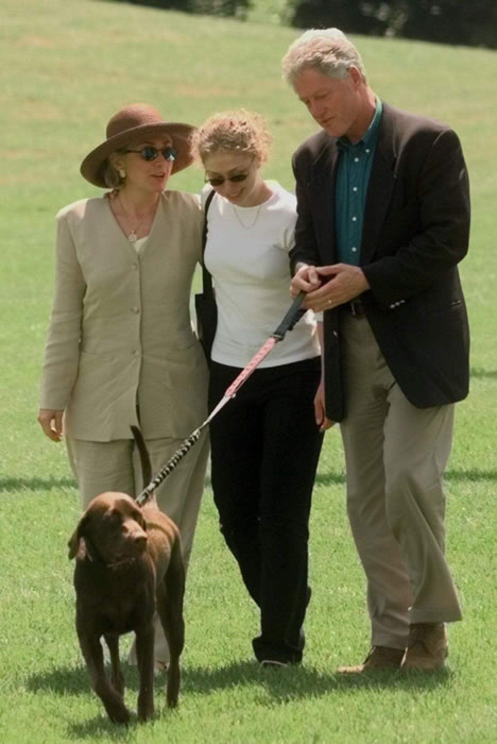 En esta foto de 1998, Bill Clinton y su familia pasean con Buddy. Bill lo compró cuando tenía tres meses y lo llamó así en honor a su tío, Henry `Buddy´ Grisham, quien había fallecido poco antes.