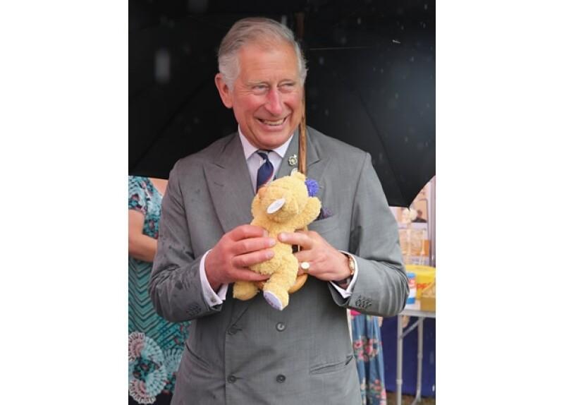 Donde quiera que va, el Príncipe Carlos recibe regalos para el bebé.