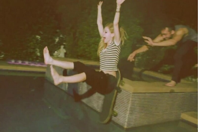 Avril saldrá en unas breves escenas del video, en donde se le ve muy divertida en una alberca.