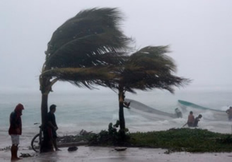 El huracán Karl podría provocar un oleaje de hasta tres metros de altura en las costas de Veracruz. (Foto: AP)