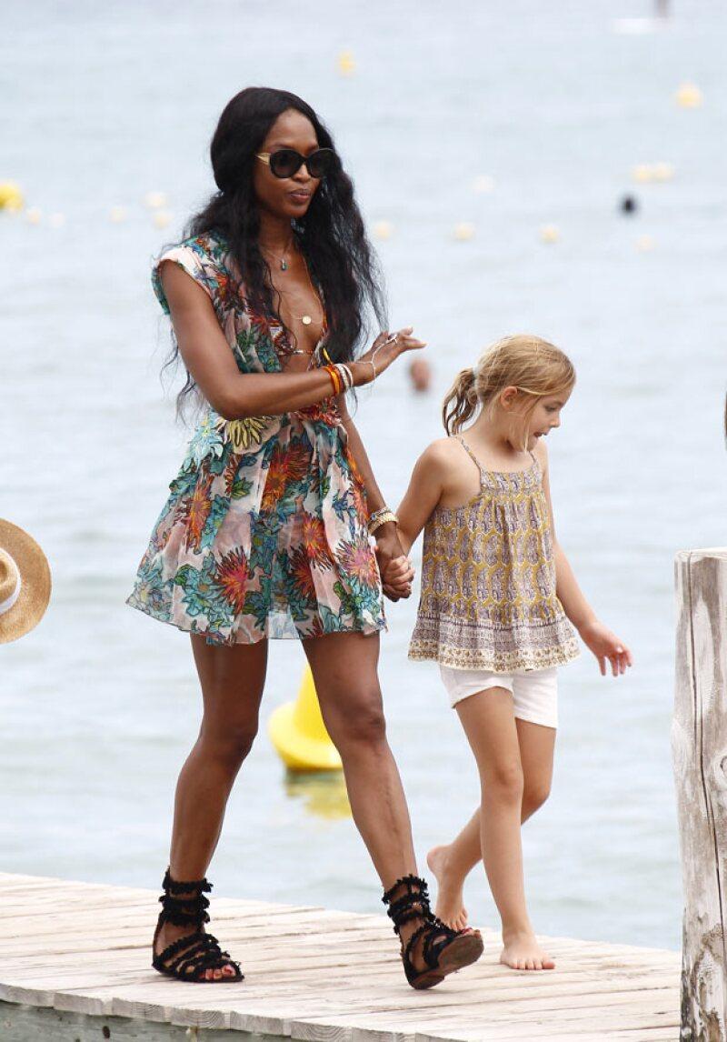 Con un colorido vestido Naomi Campbell también disfrutó de la fiesta en la playa ofrecida por DiCaprio.