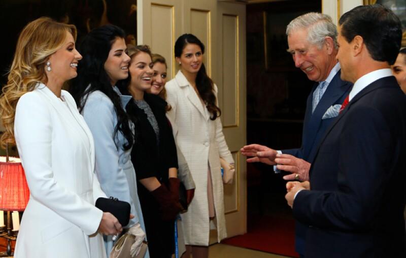 Las hijas del mandatario y la actriz los acompañaron en su visita a la residencia oficial del príncipe Carlos de Inglaterra.