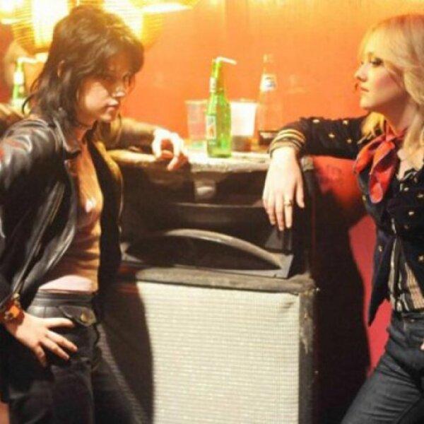 Las jóvenes pasan de ser dos chicas rebeldes del sur de California a convertirse en 1975 en dos estrellas de rock.