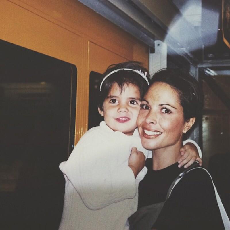 María aparece en esta imagen de pequeña con su mamá, la fallecida actriz Mariana Levy.