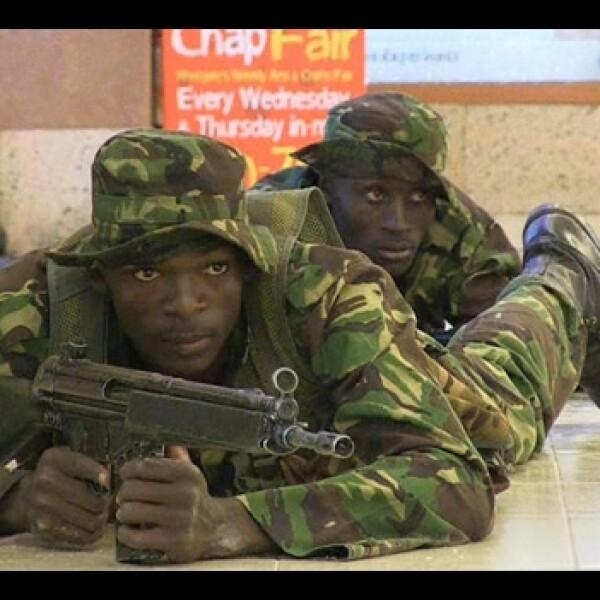 soldados en un centro comercial en kenia