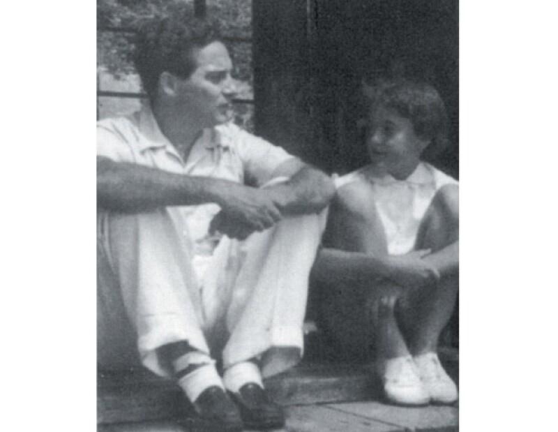 El poeta con su hija, en Tokio en 1952. `De niña jugábamos mucho´, recuerda Helena.