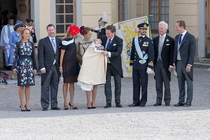 Tras la ceremonia la familia y los padrinos posaron accesibles pra la prensa.