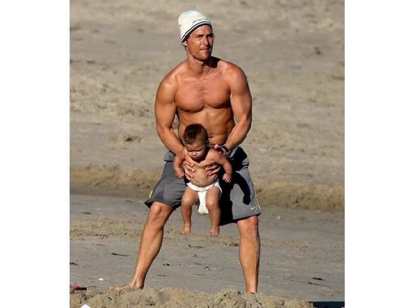 Jugando en la playa con su hija Vida